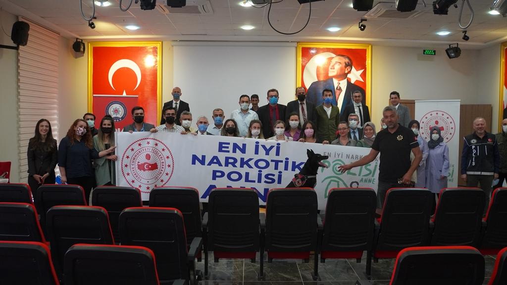 ÜNİVERSİTE PERSONELİNE 'EN İYİ NARKOTİK POLİSİ ANNE' EĞİTİMİ